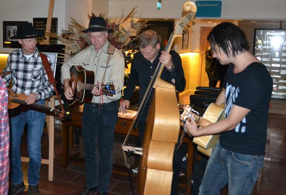 Här spelas Hank Williams i lobbyn av Long Gone Smiles Band med två gäster