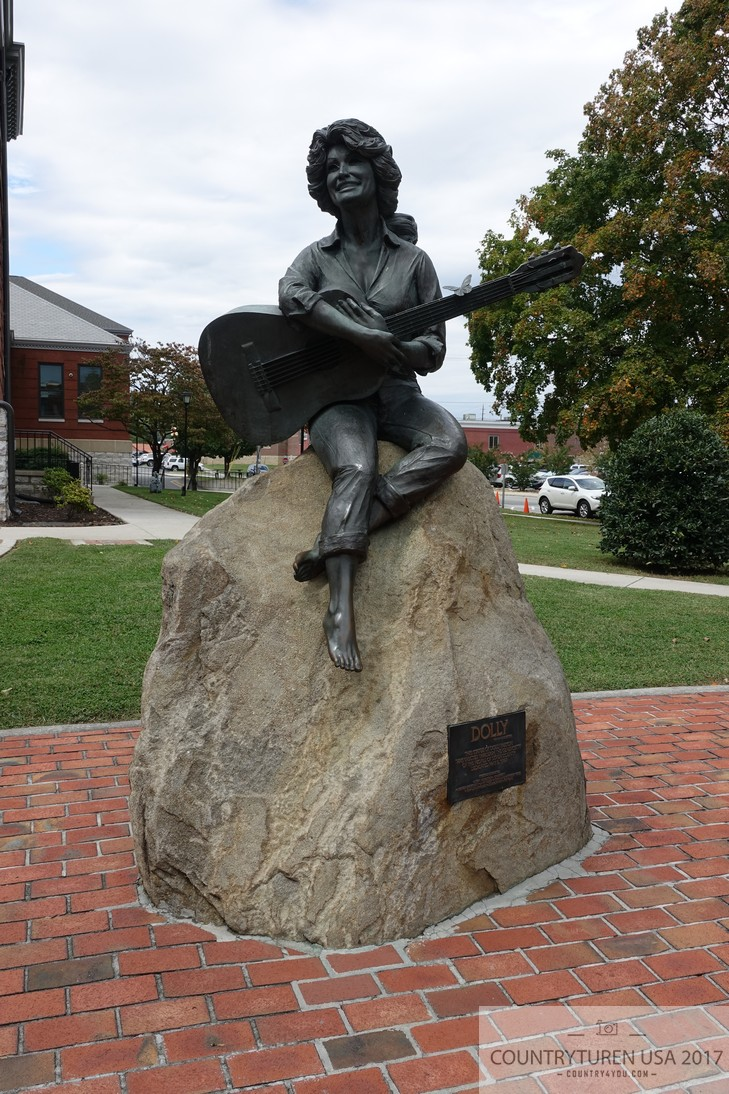 Dolly Paton Statue